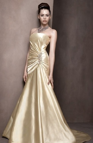 The wedding dresses can match with the golden wedding decoration